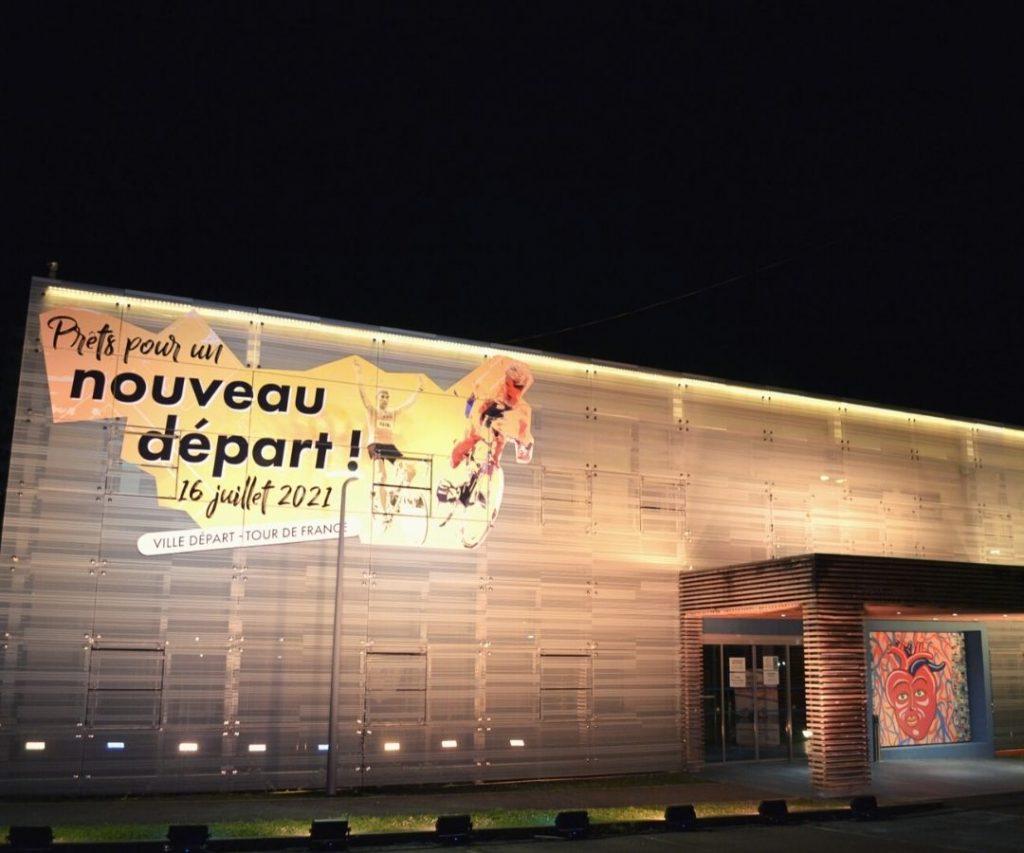 À 100 jours du grand départ, l'Hötel de Ville de Mourenx se met aux couleurs du Tour.