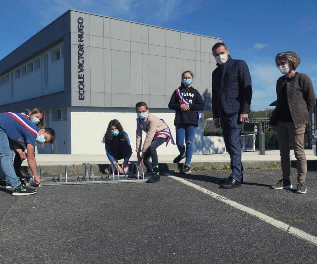 Installation du premier garage à vélo par les élus du Conseil Municipal des Jeunes